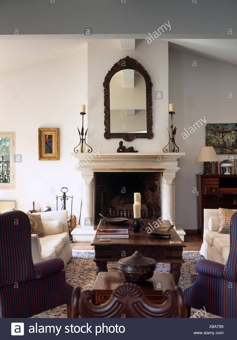 Antike dekorative Spiegel über Marmorkamin mit Säulen in ...