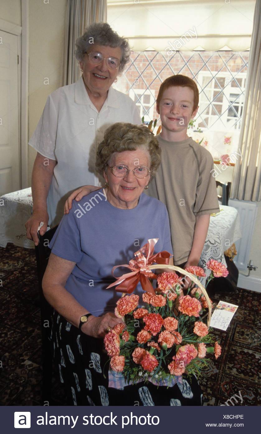 Altere Frau Feiert Ihren 80 Geburtstag Mit Ihren 9 Jahre Alten