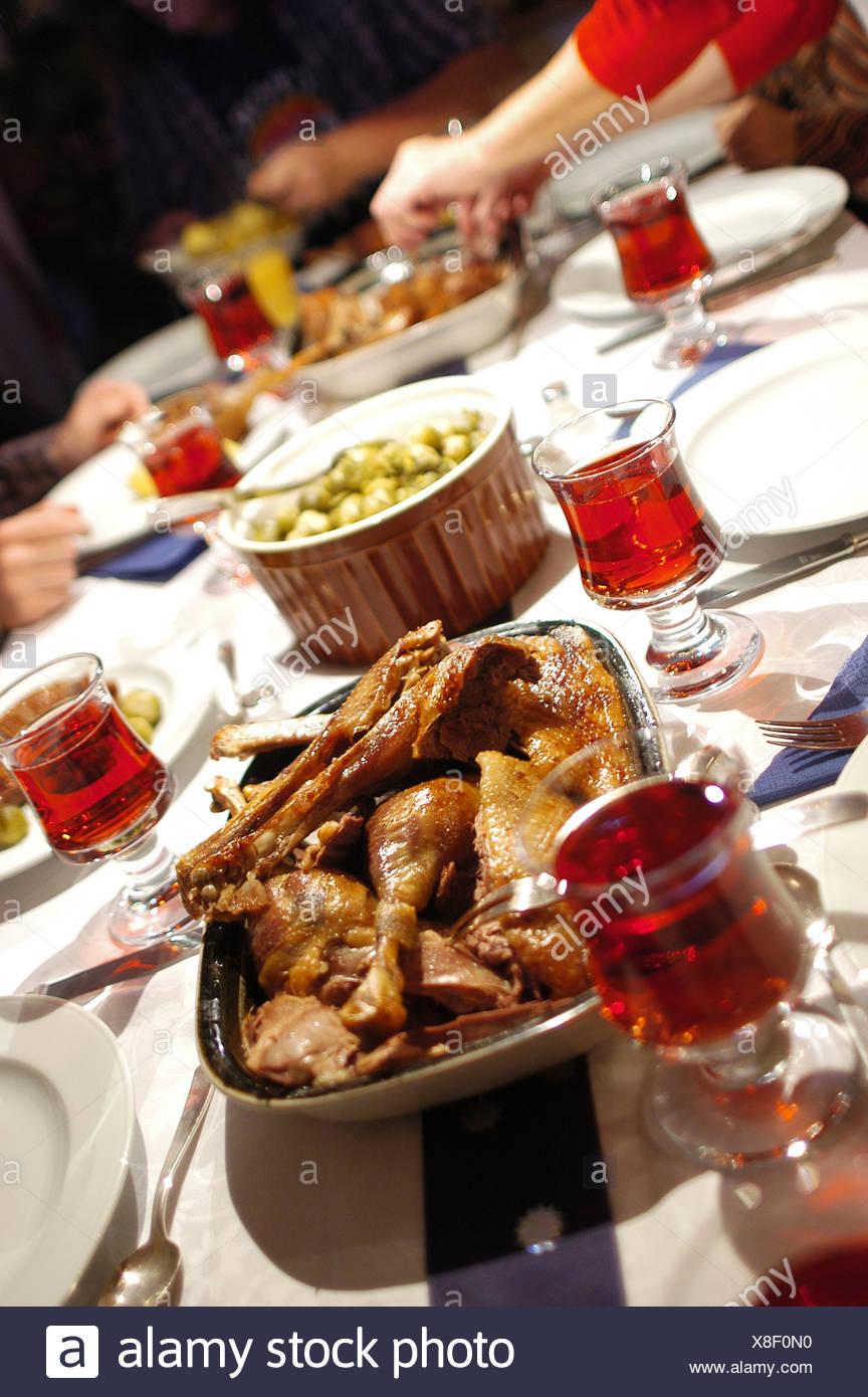 Weihnachtsessen Deutschland ein tisch für weihnachtsessen mit weihnachtsgans und rotwein in