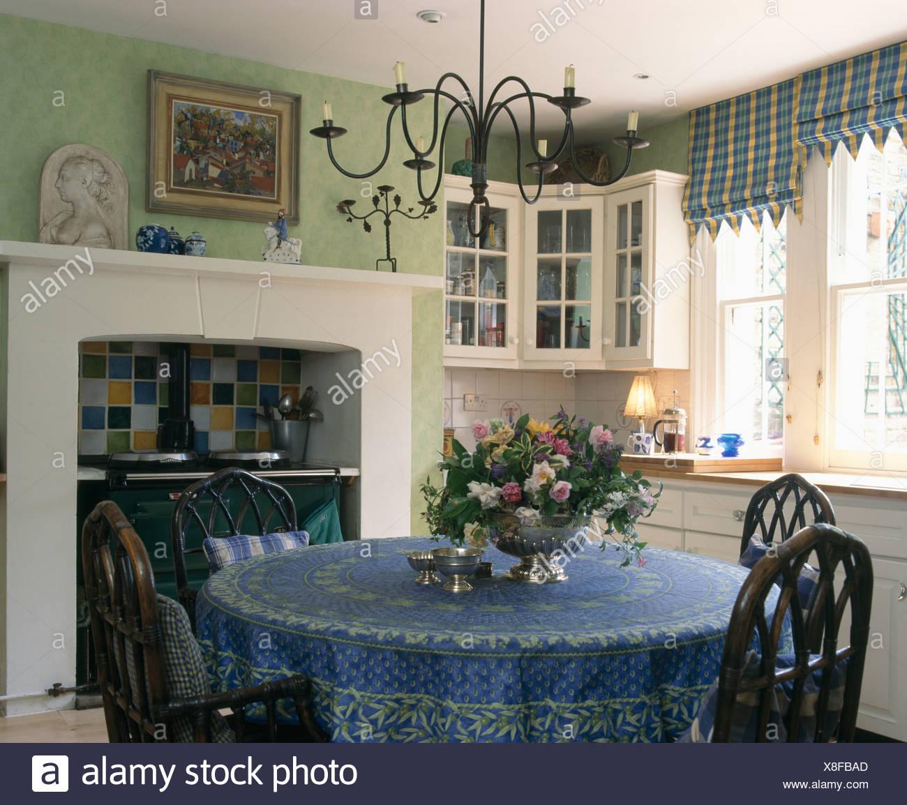 Metall Kronleuchter Oben Runder Tisch Mit Blauem Tuch In Blass Grün Küche  Mit Schwarzen Aga Und Fenster Mit Aufgegebenen Blind