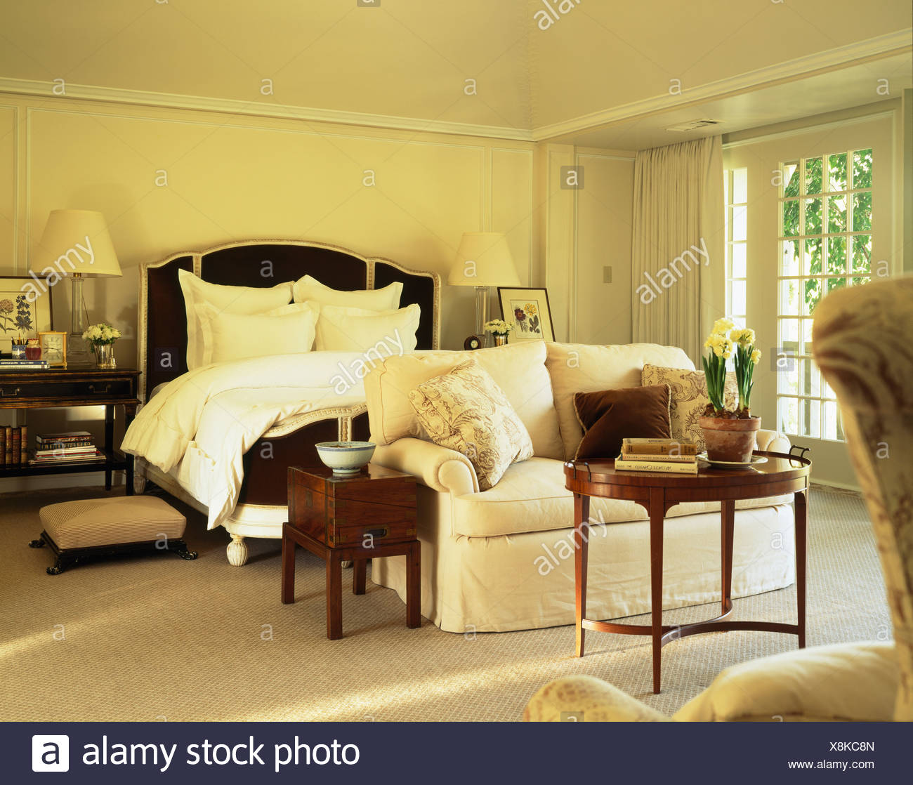 Bequemes Weißes Sofa Und Antike Möbel Im Traditionellen Creme Landhaus  Schlafzimmer Mit Weißen Kissen Und Bettwäsche Bett