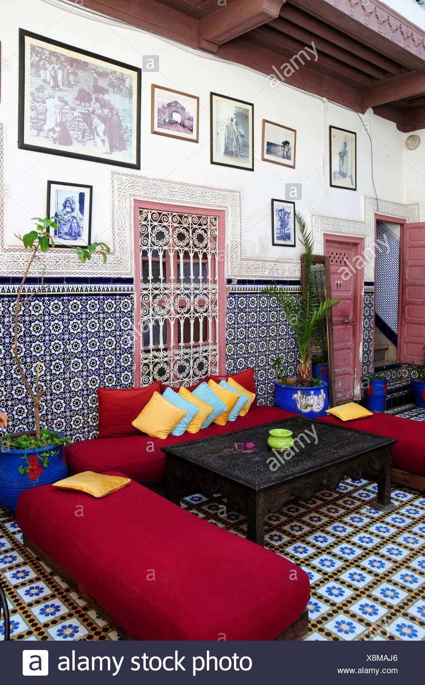 sitzecke im innenhof eines typischen marokkanischen riad oder hotel