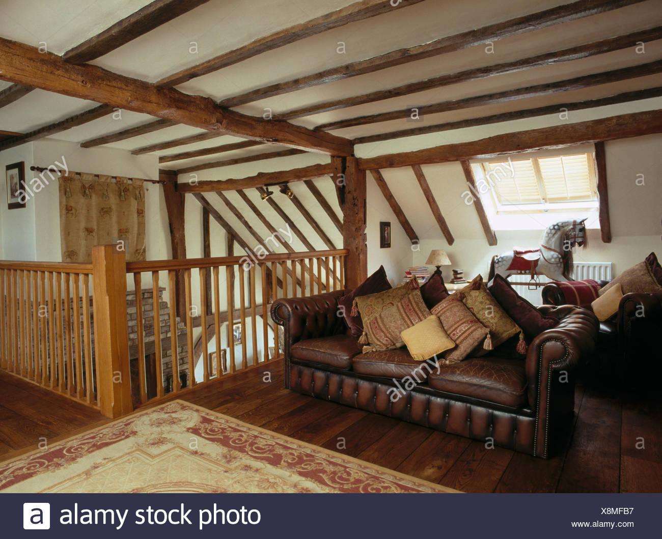Kissen, Gestapelt Auf Braune Ledercouch Im Wohnzimmer Dachgeschoss Mit  Balkendecke