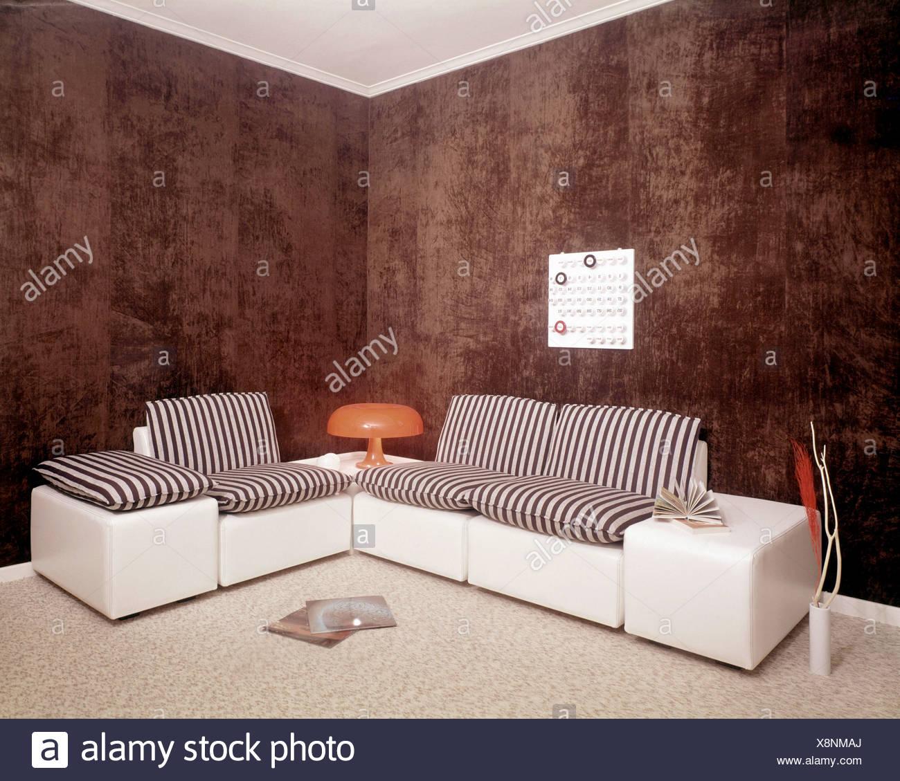 NOTSALE IN Belgien S Wohnzimmer Braun Gefleckt, Wände Und Weiße Decke, Mais  Sofa, Weißem Leder Schwarz / Weiß Gestreift