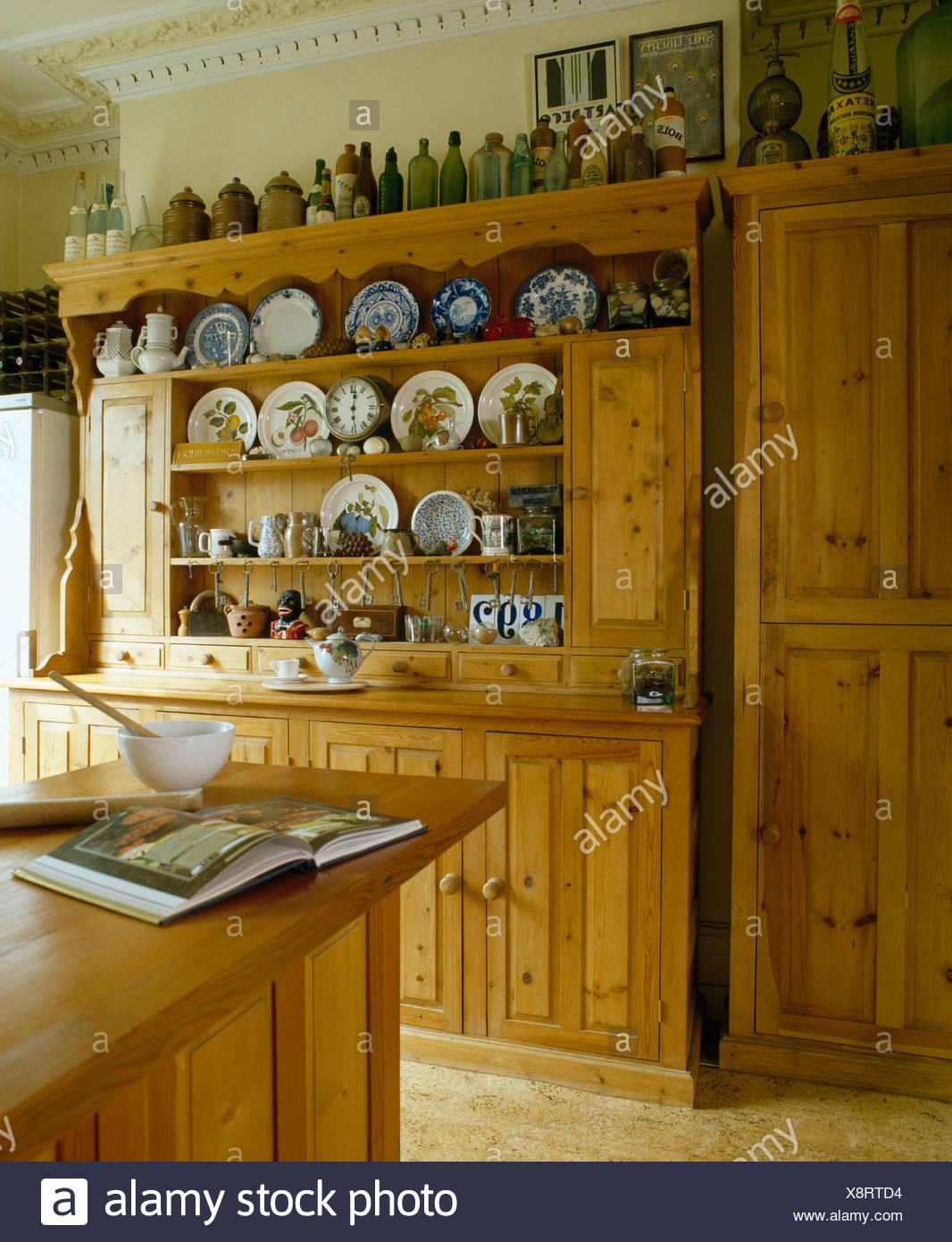 Kiefer Kommode in traditionelle Küche Stockfoto, Bild: 280807216 - Alamy