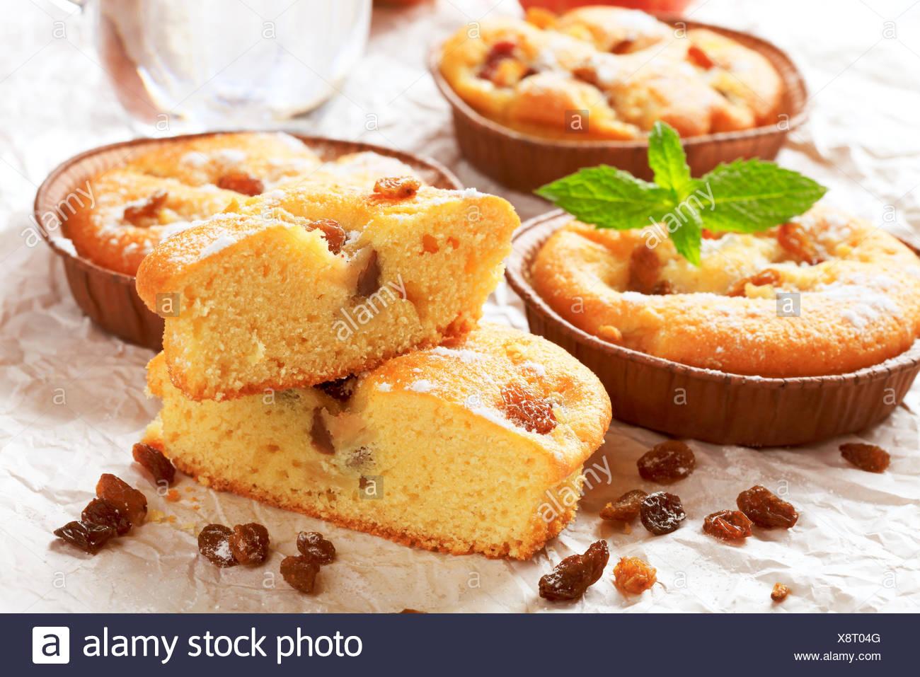 Kleinen Rosinen Kuchen In Papier Tassen Backen Stockfoto Bild