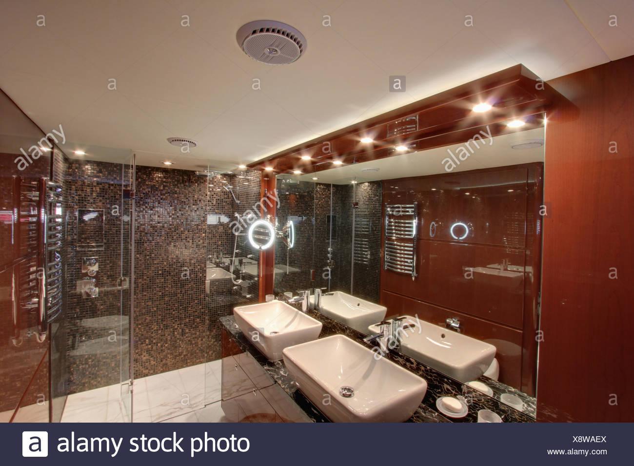 Down illuminazione e specchio sopra doppi lavandini in bagno moderno
