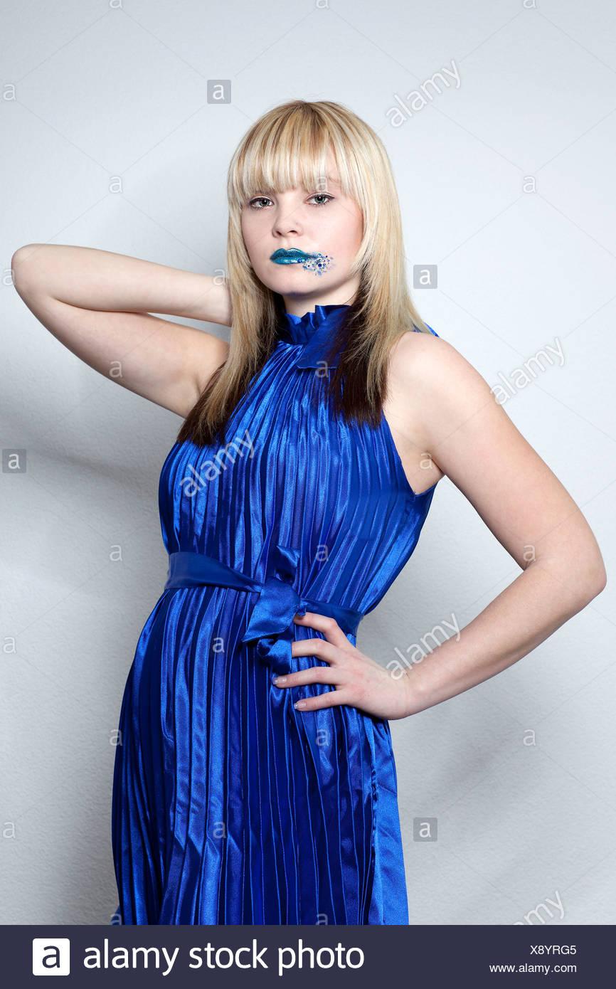 Kleid blau lippenstift