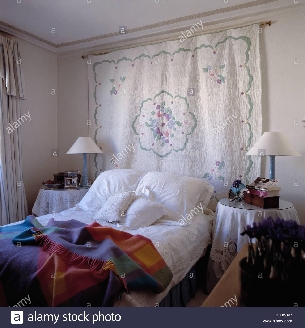 Patchwork Quilt An Wand Uber Dem Bett Mit Weissen Kissen Und
