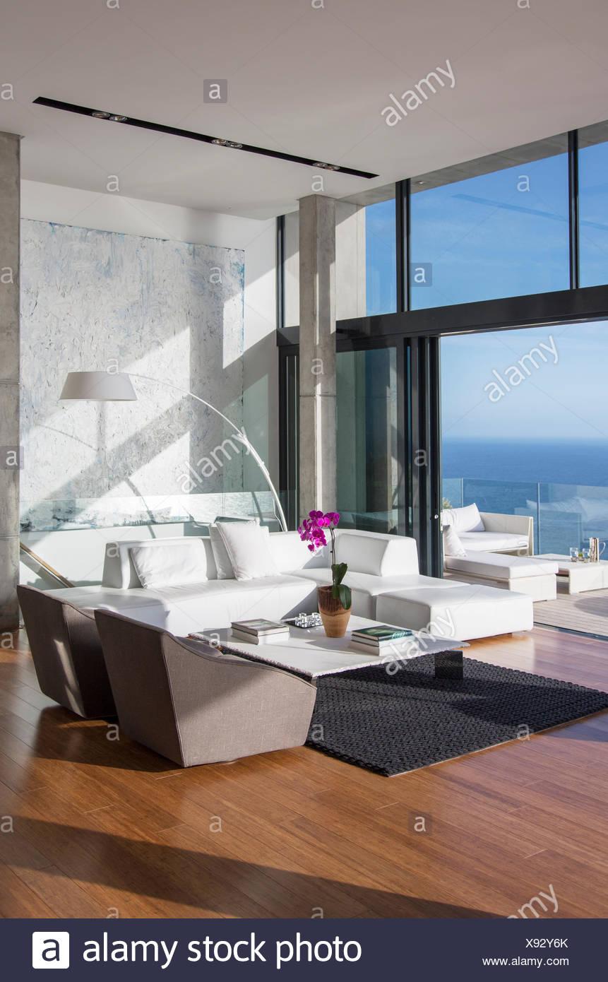 Glas-Schiebetüren von modernen Wohnzimmer Stockfoto, Bild: 280963051 ...