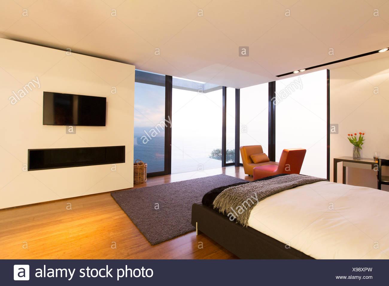 Dormitorio y puertas de vidrio de la casa moderna Foto & Imagen De ...