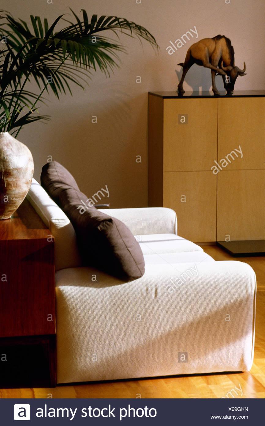Grau auf weißem Sessel im modernen Wohnzimmer Kissen Stockfoto, Bild ...