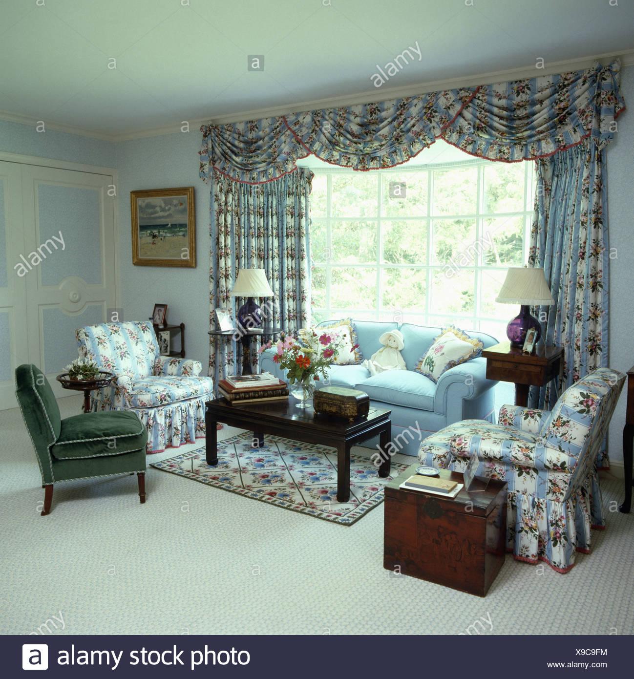 Blau, Rosa Und Weiß Floral Gemusterten Vorhängen Und Sesseln In Blassen  Blauen Wohnzimmer Mit Weißen Teppich Und Antike Truhe