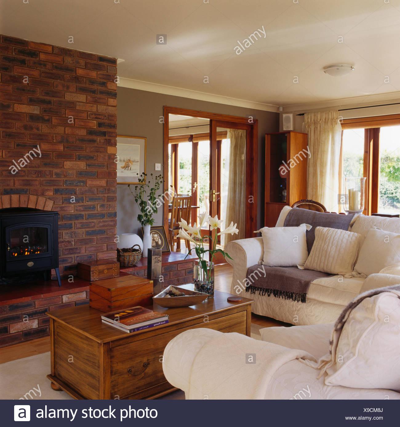 Weiße Sofas Und Alte Kiefer Truhe Kamin Mit Holzofen Ofen In Backstein Wand Moderne  Wohnzimmer