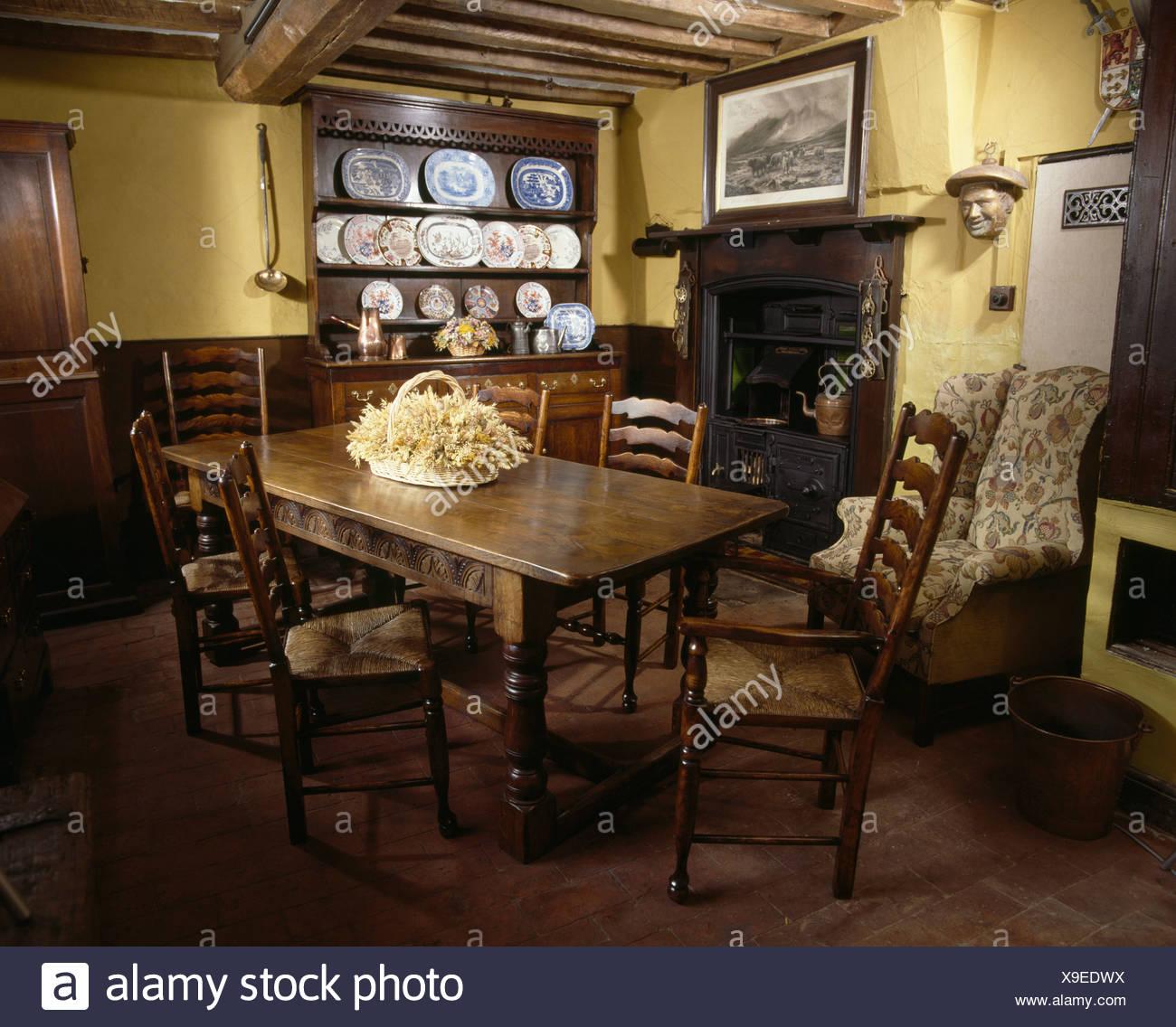 Antiker Tisch Und Rush Sitzend Stühle In Blass Gelbe Land Esszimmer Mit  Kamin Und Strahlte Decke