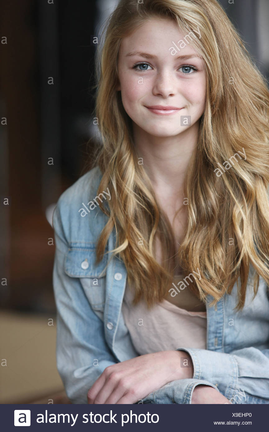 mädchen mit blonden haaren und blauen augen