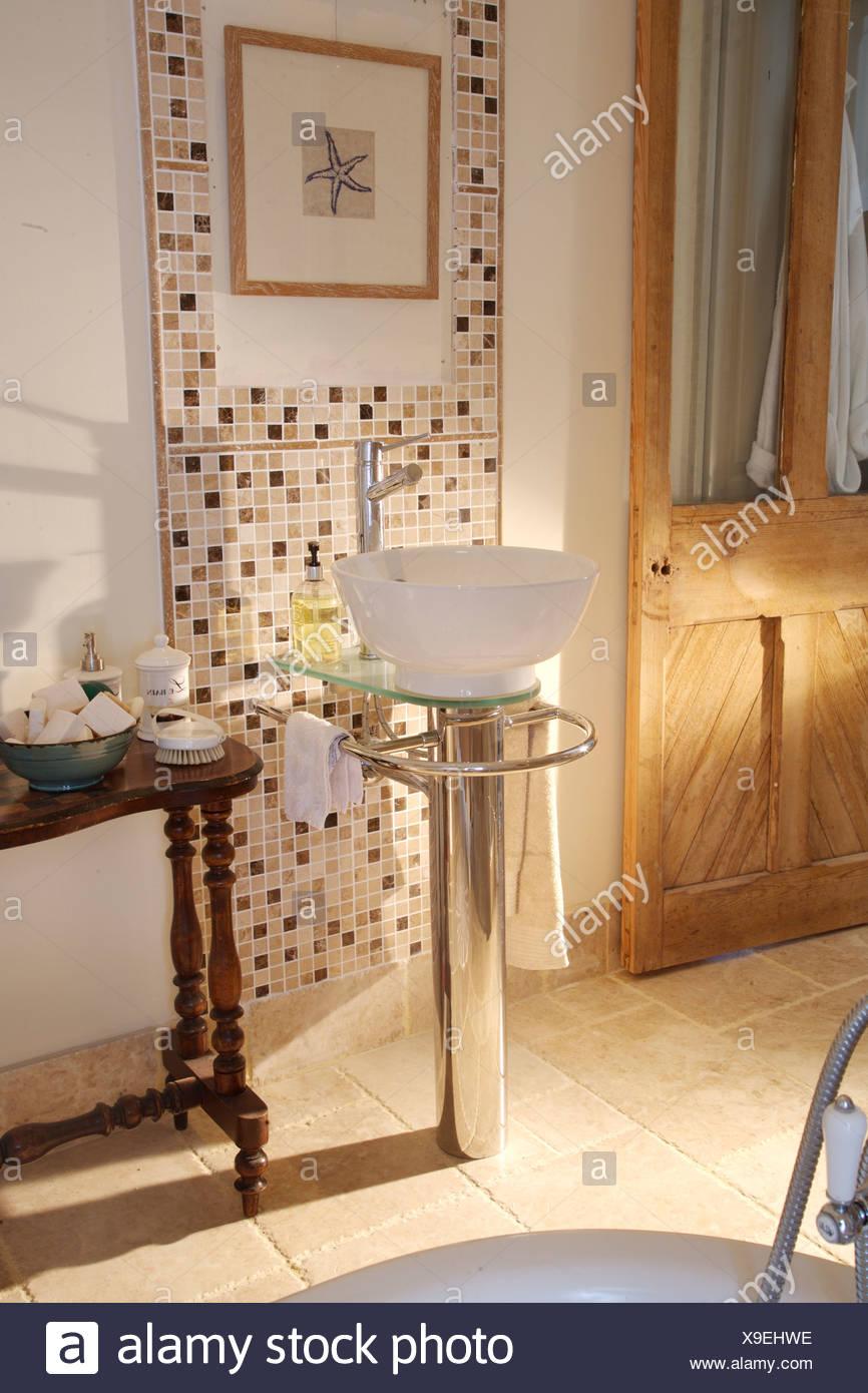 Moderne Waschbecken auf Chrom Sockel im Land Bad mit Mosaikfliesen ...