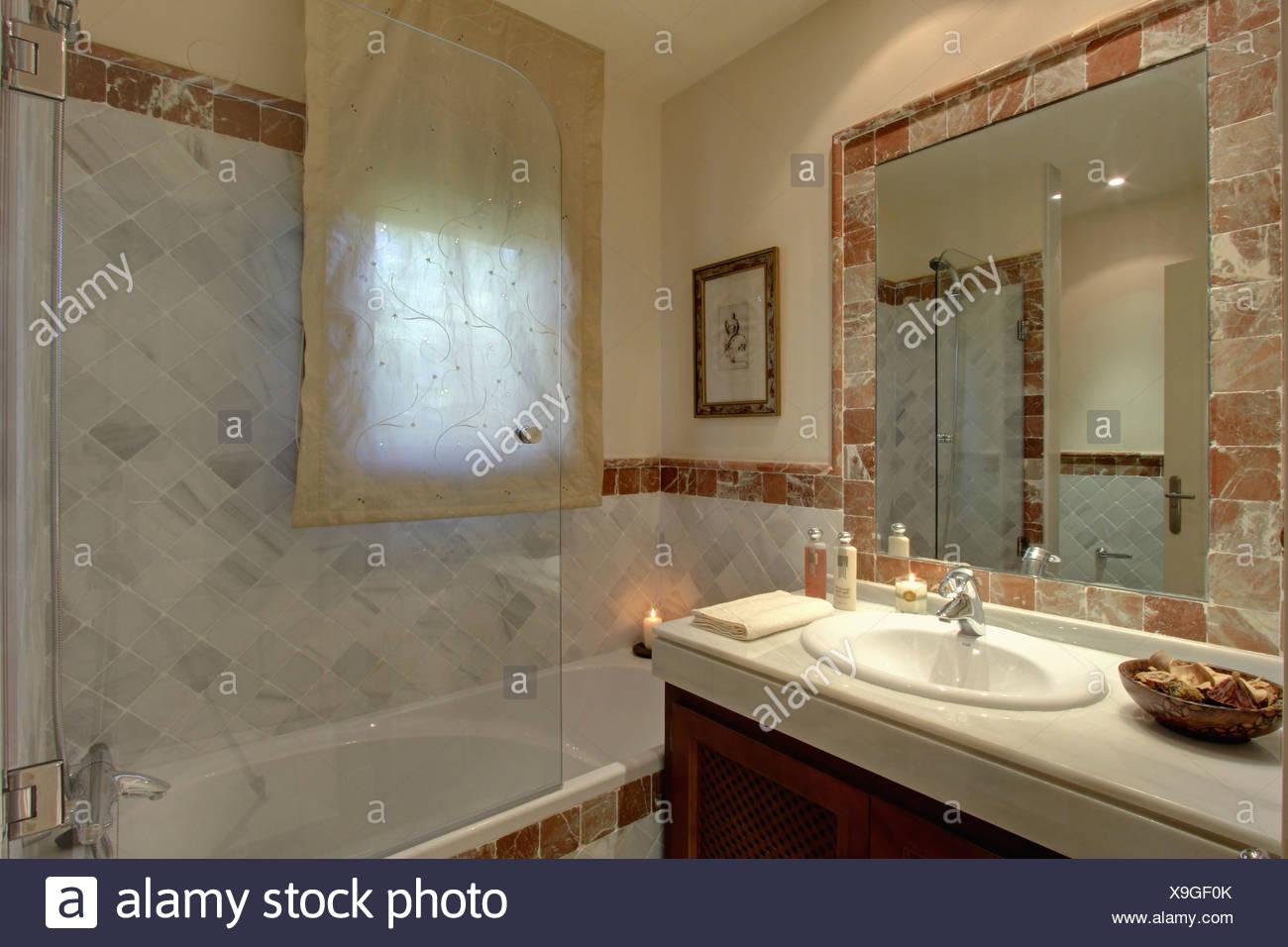 Glas Duschabtrennung auf Badewanne im modernen Marmorbad mit Voile ...