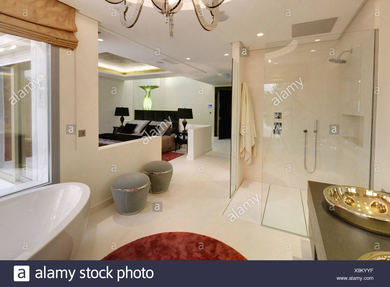 Schon Großer Begehbarer Dusche Und Graue Stühle In Offene En Suite Badezimmer Im  Modernen Spanischen Wohnung Schlafzimmer