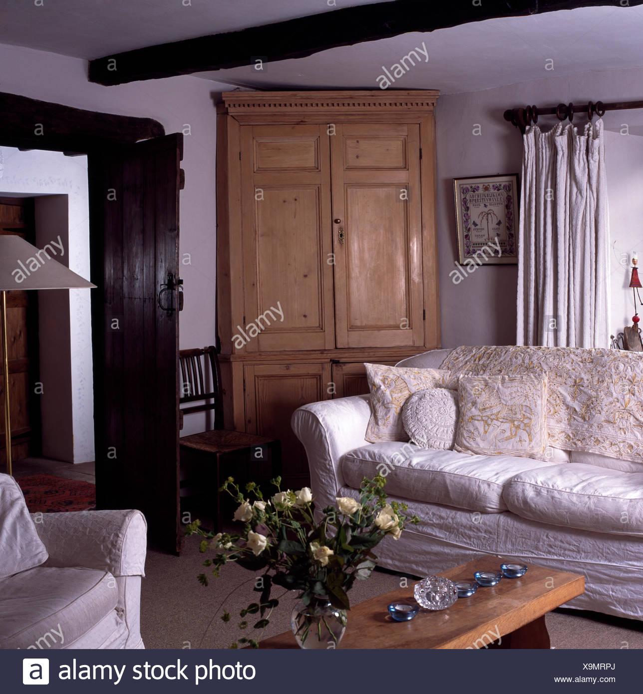 Weißen Losen Deckel Auf Sofa Im Landhaus Wohnzimmer Mit Großen Kiefer  Eckschrank