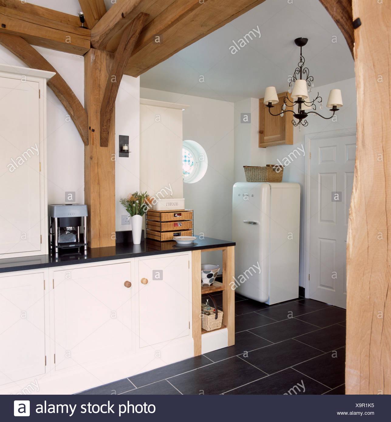 Großen Holzbalken im Stall Umbau Küche mit Smeg Kühlschrank und ...