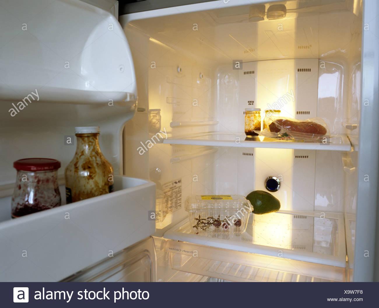 Kühlschrank Q : Blick in ein fast leerer kühlschrank stockfoto bild