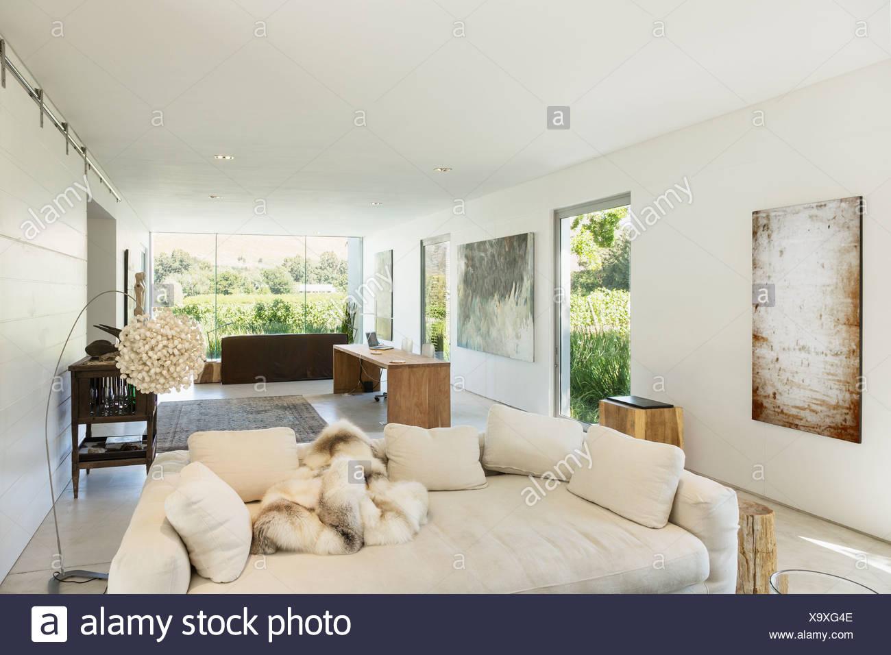 Sofas und Schreibtisch im modernen Wohnraum Stockfoto, Bild ...