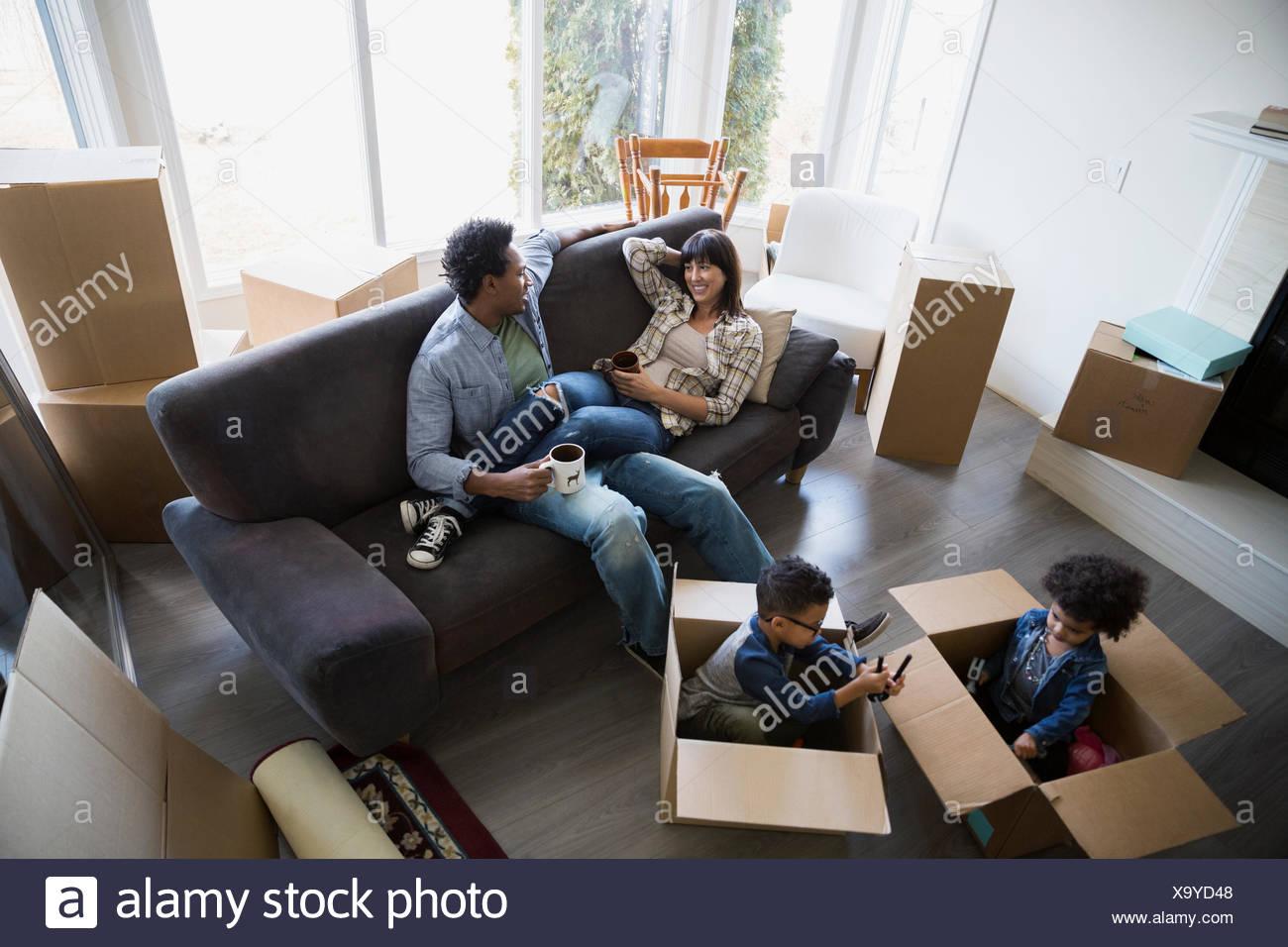 Contenitori per il trasloco circostante rilassante in famiglia in ...