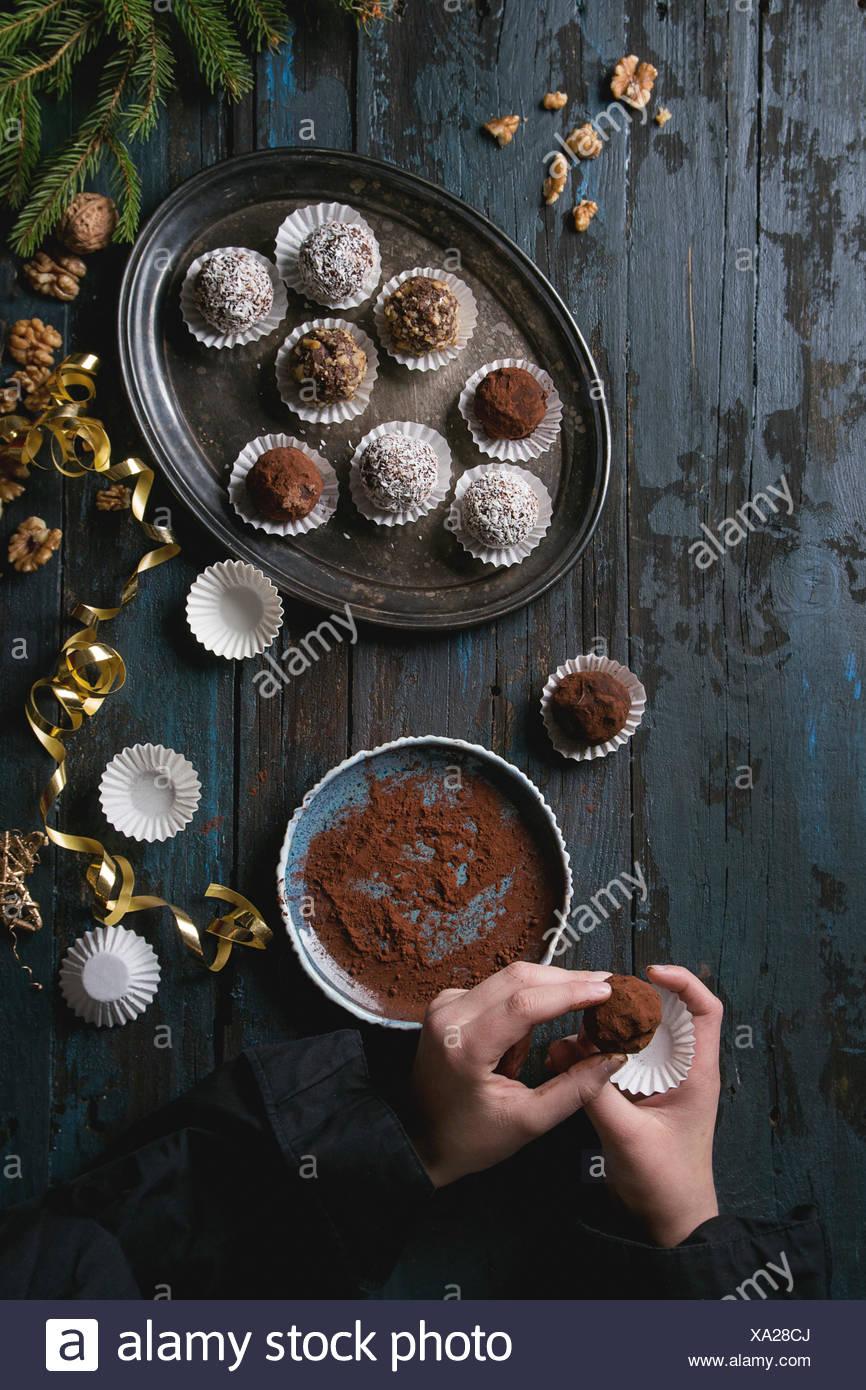 Kind Hände machen Hausgemachte dunkle Schokolade Trüffel mit Kakao ...