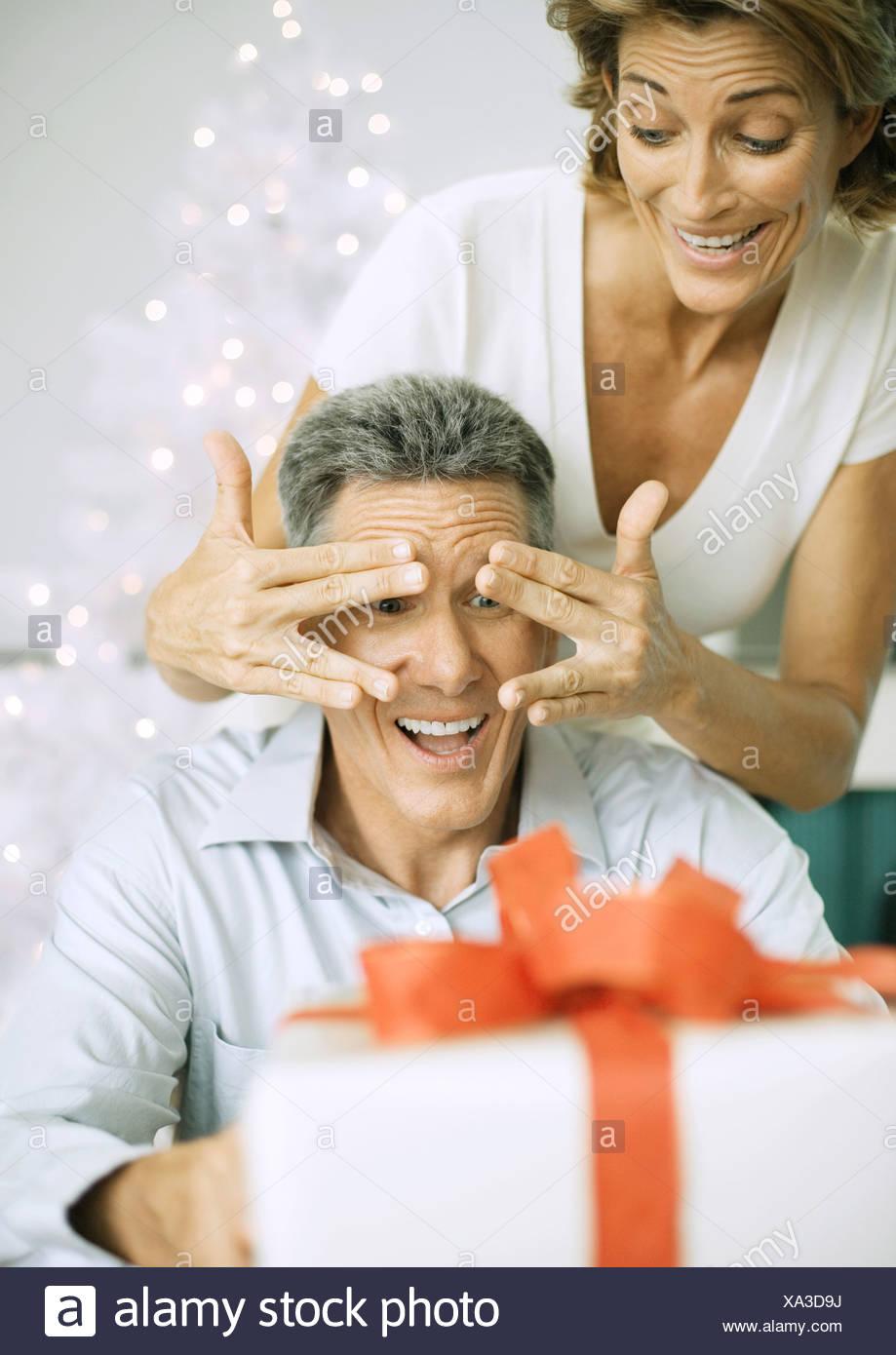 Frau Mann mit Weihnachtsgeschenk überraschen Stockfoto, Bild ...