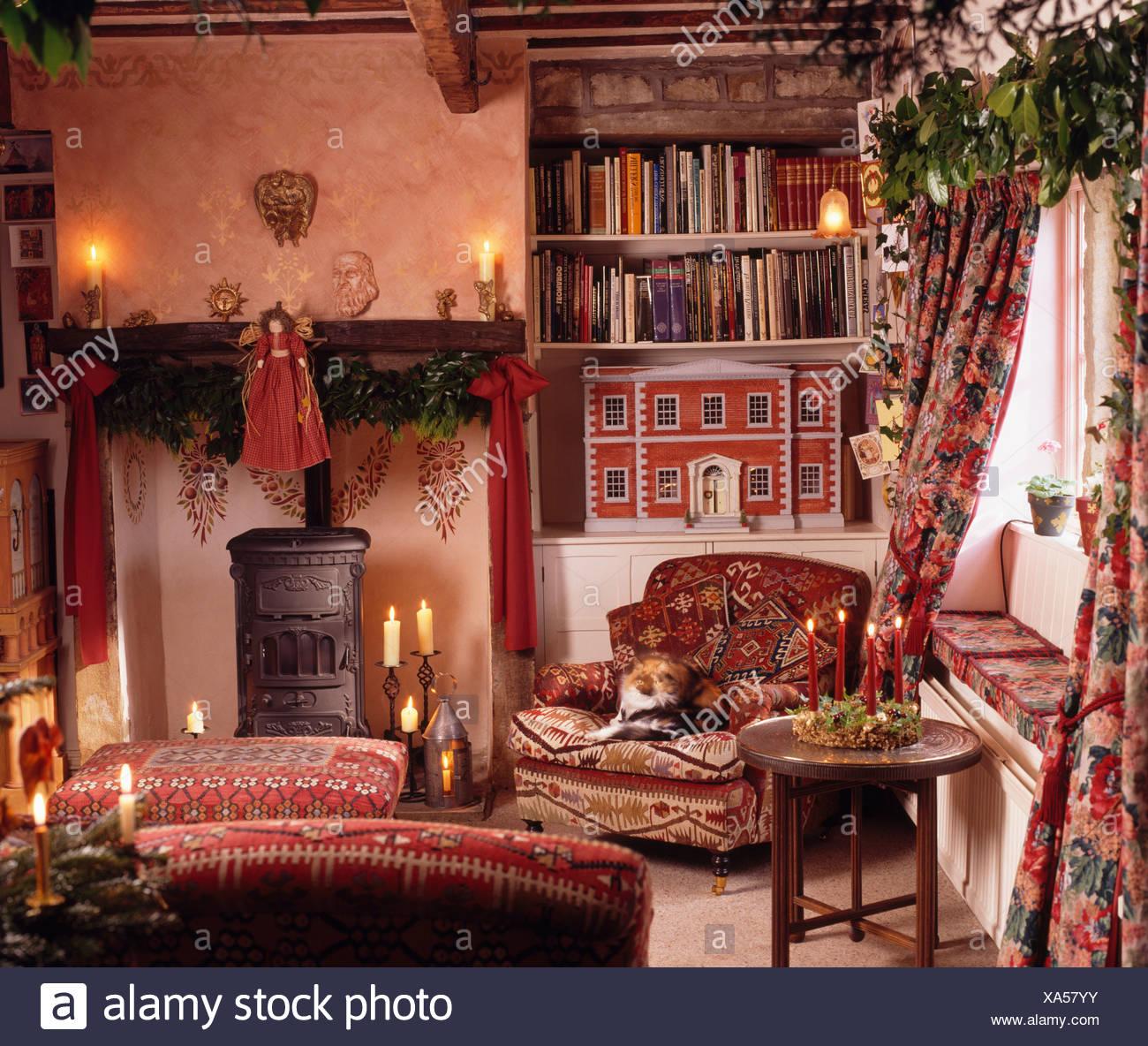 Rot Puppenhaus In Alkoven Regalen Neben Schwarz Ofen Im Wohnzimmer  Gemütliche Hütte Für Weihnachten Dekoriert Und Mit Kerzen Beleuchtet
