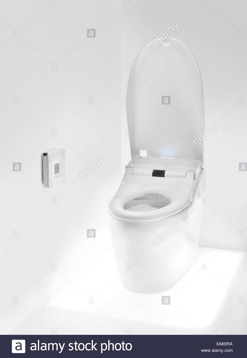 TOTO-WC mit Washlet Sitz, Hightech-WC mit Fernbedienung Stockfoto ...