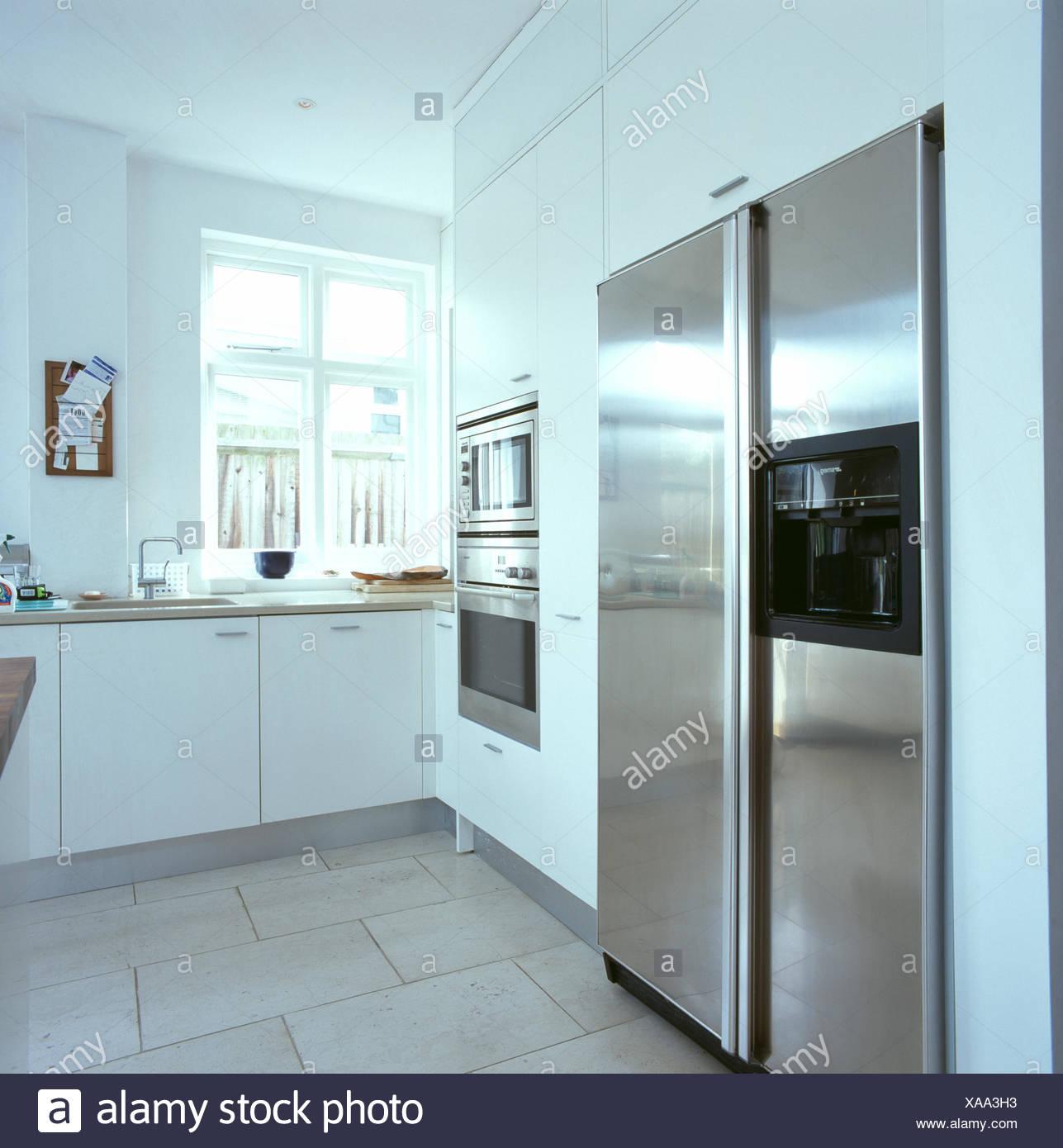 Großer Amerikanischer Prägung Edelstahl Kühlschrank In Modernen Weißen Küche  Mit Kalkstein Bodenbelag