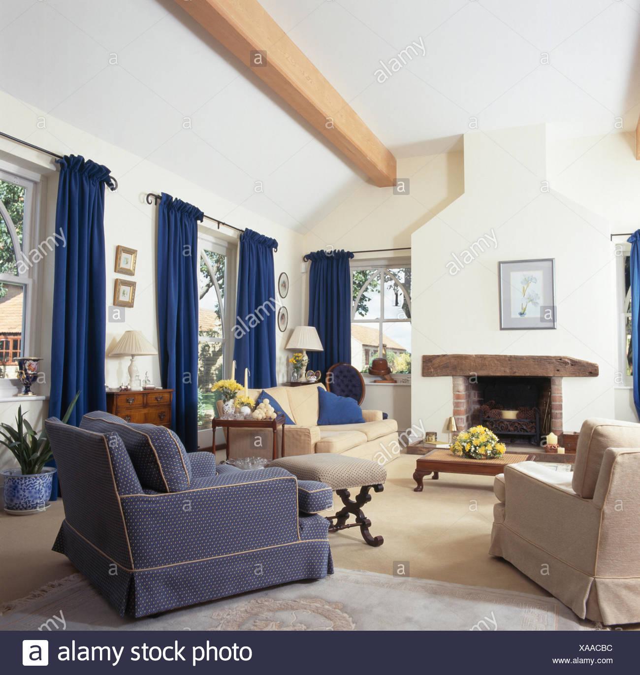 Sessel Blau Und Creme Und Sahne Sofa Gesetzt Um Den Kamin Im Wohnzimmer Erweiterung  Mit Blauen Vorhängen Im Fenster