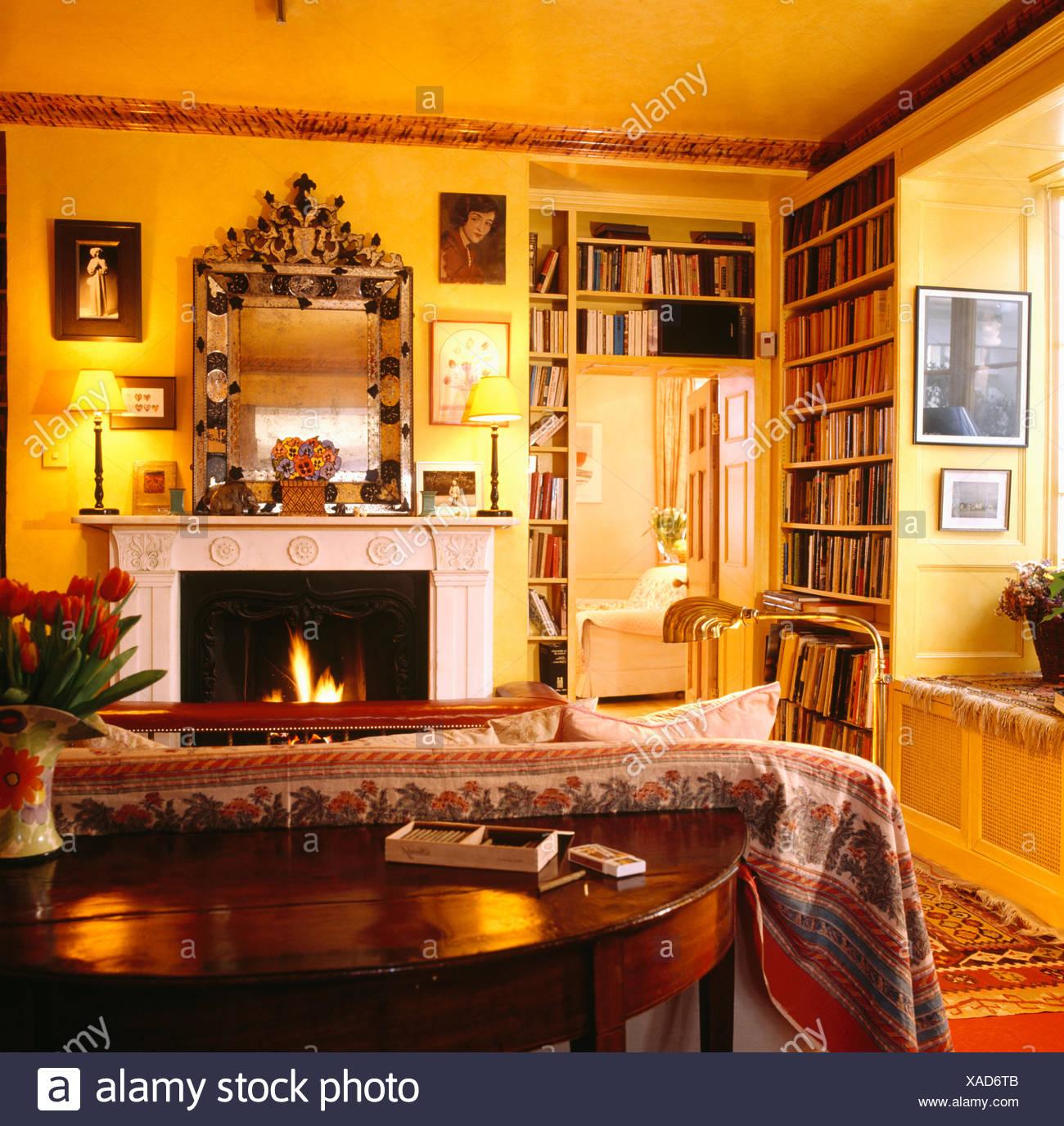 Tabelle hinter Sofa mit gemusterten Wurf in gelb 80er Jahre ...