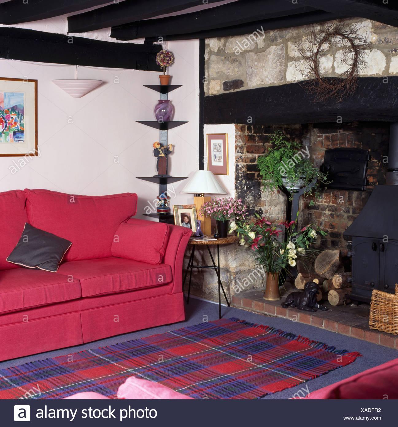 Rosa Sofa Und Blau + Rot Tartan Teppich Inglenook Kamin Mit Holzofen Im  Wohnzimmer Cottage