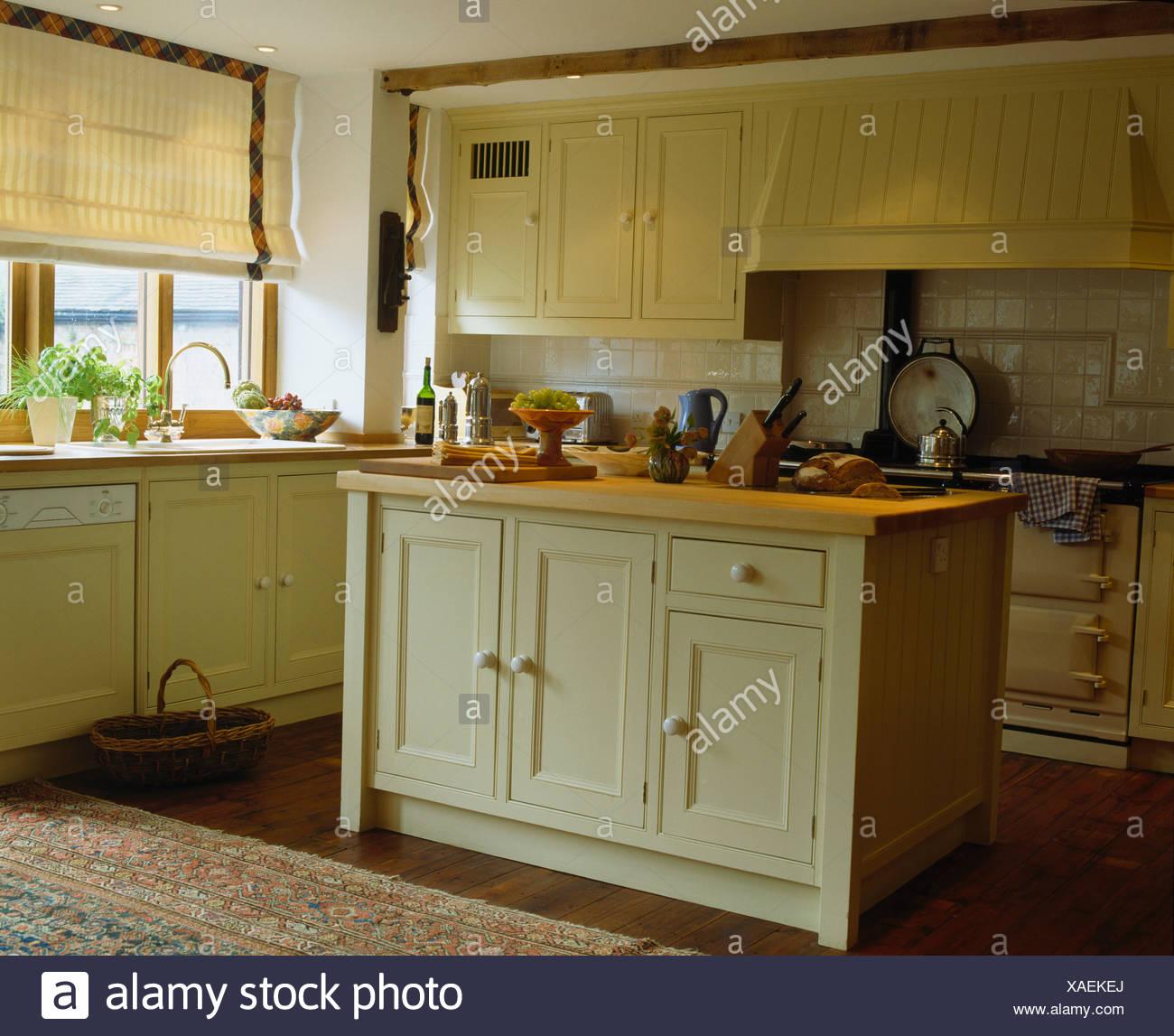 Creme Insel Einheit Mit Holz Arbeitsplatte In Moderne Landhausküche Mit  Creme Gestreiften Rollo Am Fenster