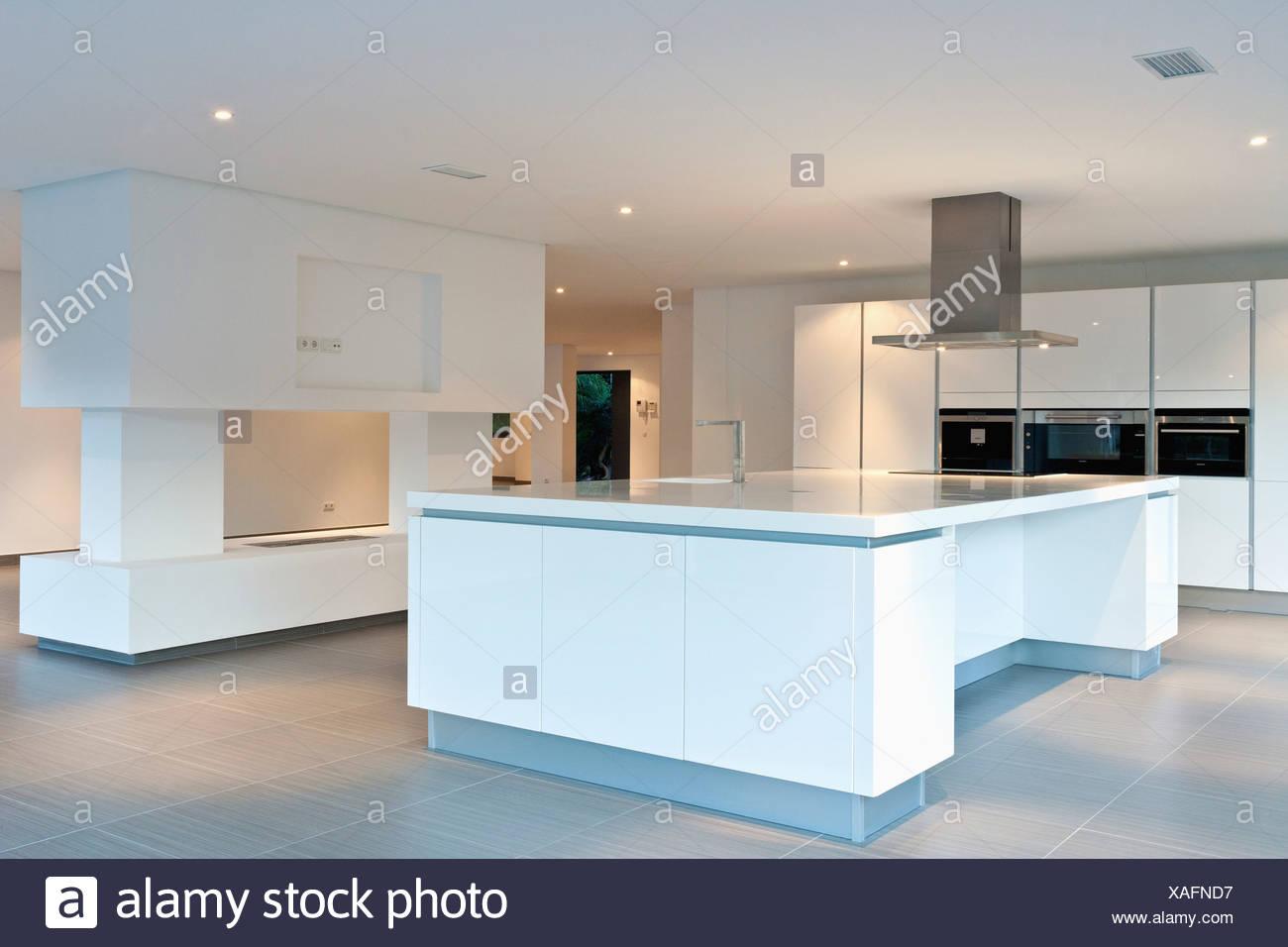 Dunstabzugshaube über Insel Gerät in großen leeren All-weiße Küche ...