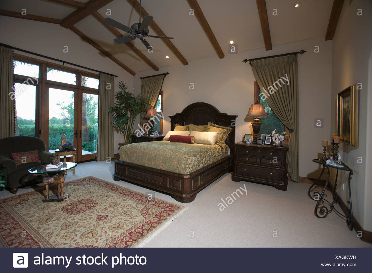 Palm Springs Schlafzimmer mit Holzbalken Decke und Terrasse Türen ...