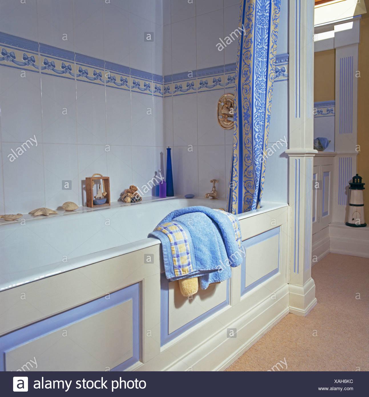 Blau + Weiß Duschvorhang Auf Bad Im Badezimmer Mit Blauen Fliesen Umrandung  Auf Weißen Wandfliesen über Bad Mit Bemalten Panel