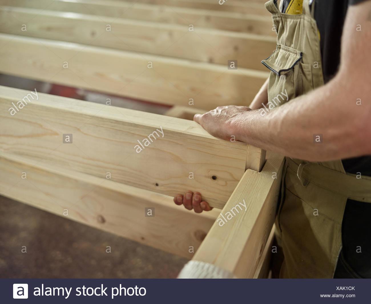 männer die hände verbinden zwei holzbalken mit nut- und