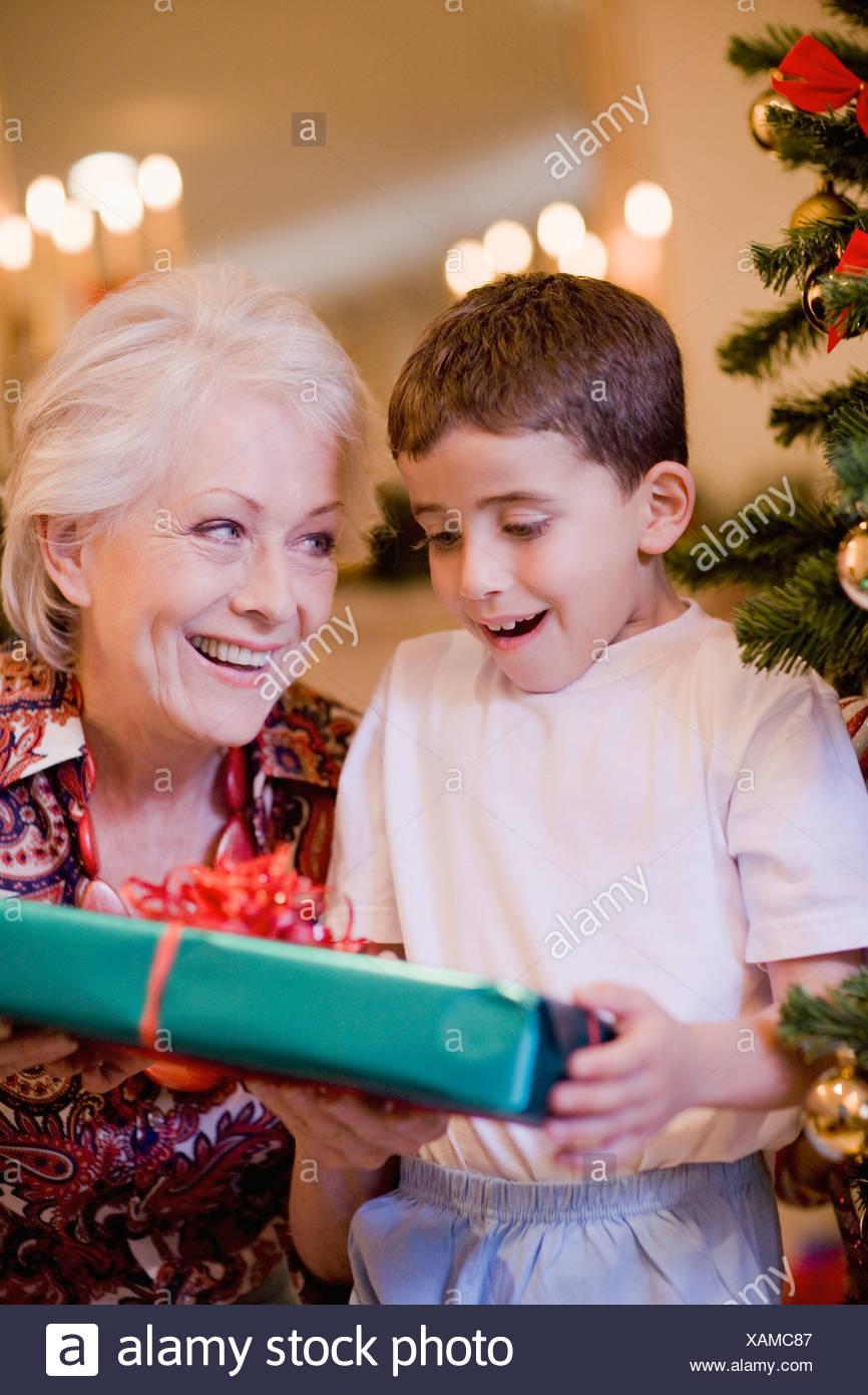 Großmutter und Enkel Weihnachtsgeschenk Stockfoto, Bild: 281961127 ...
