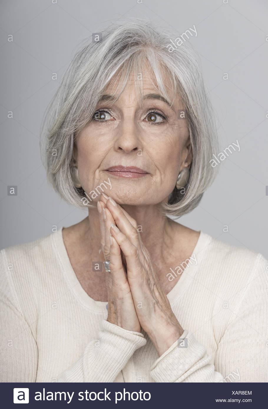 Aeltere Frau Mit Schönsten Haaren Portraet Model Release Stockfoto