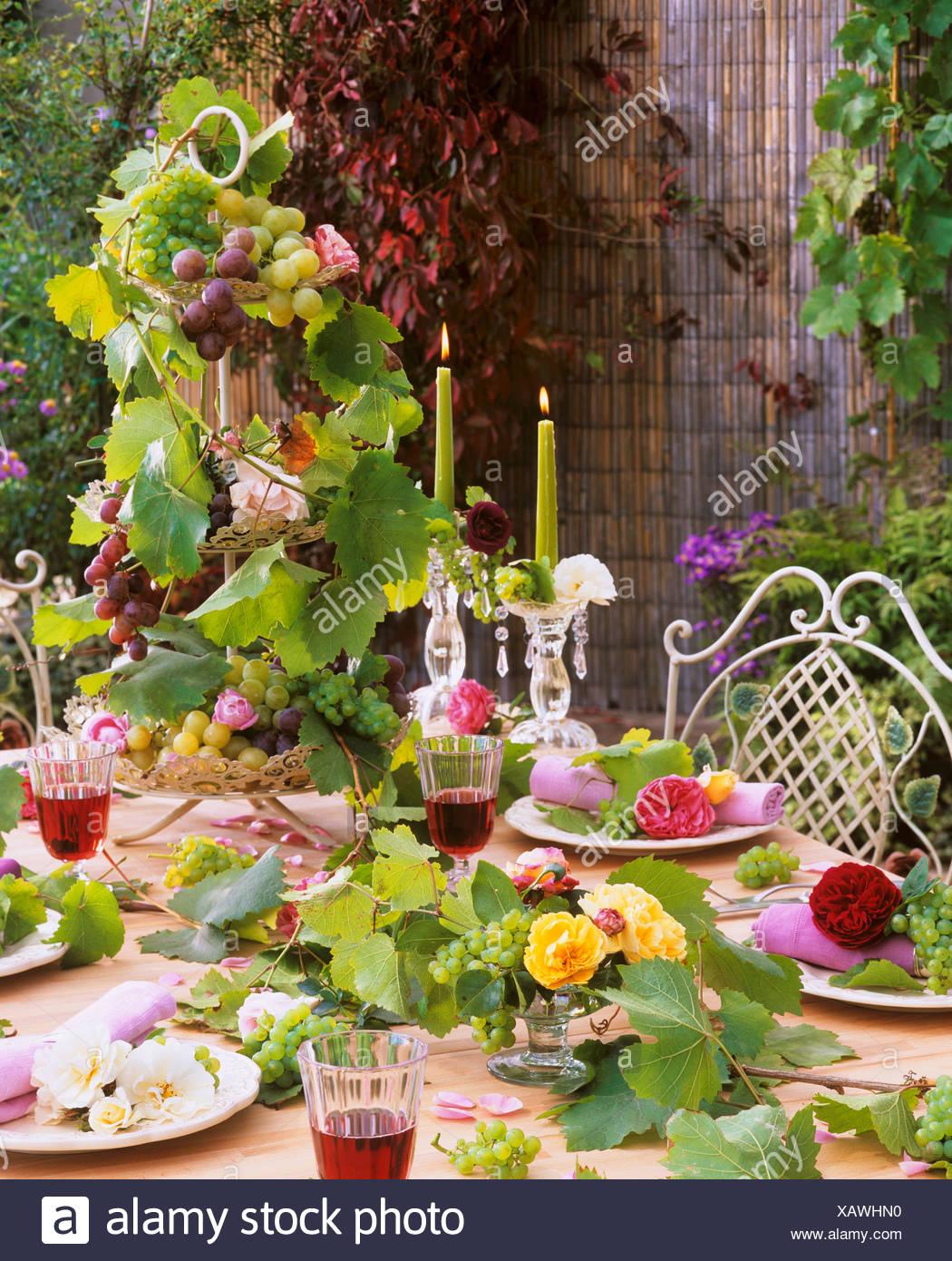 Weiss Gelb Rosa Rote Rosen Mit Trauben Als Tischdekoration