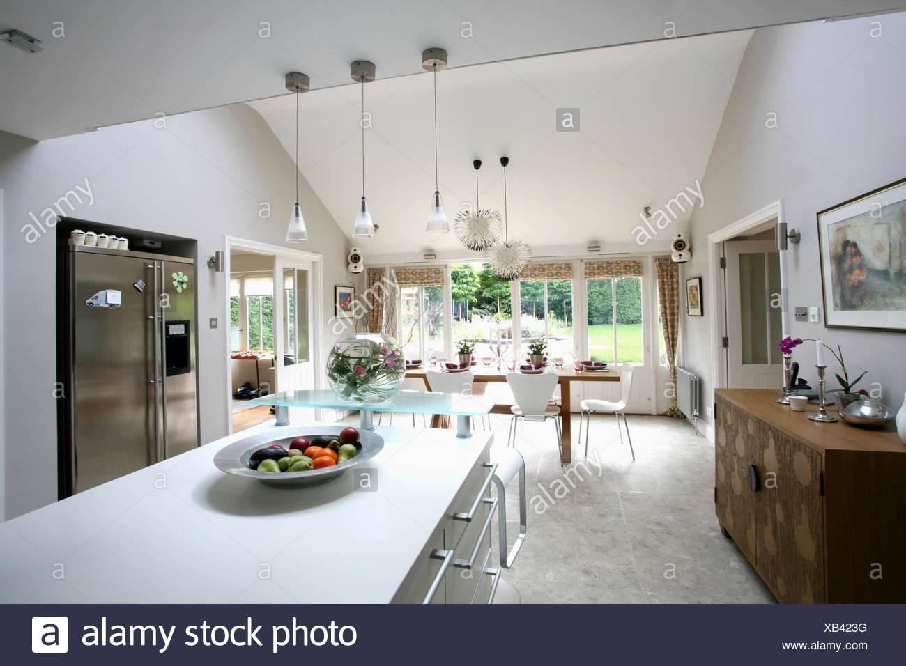 Rechteckige Insel Einheit Und Granit Fußböden In Große, Moderne Küche Und  Esszimmer Mit Amerikanische Kühl Gefrierkombination
