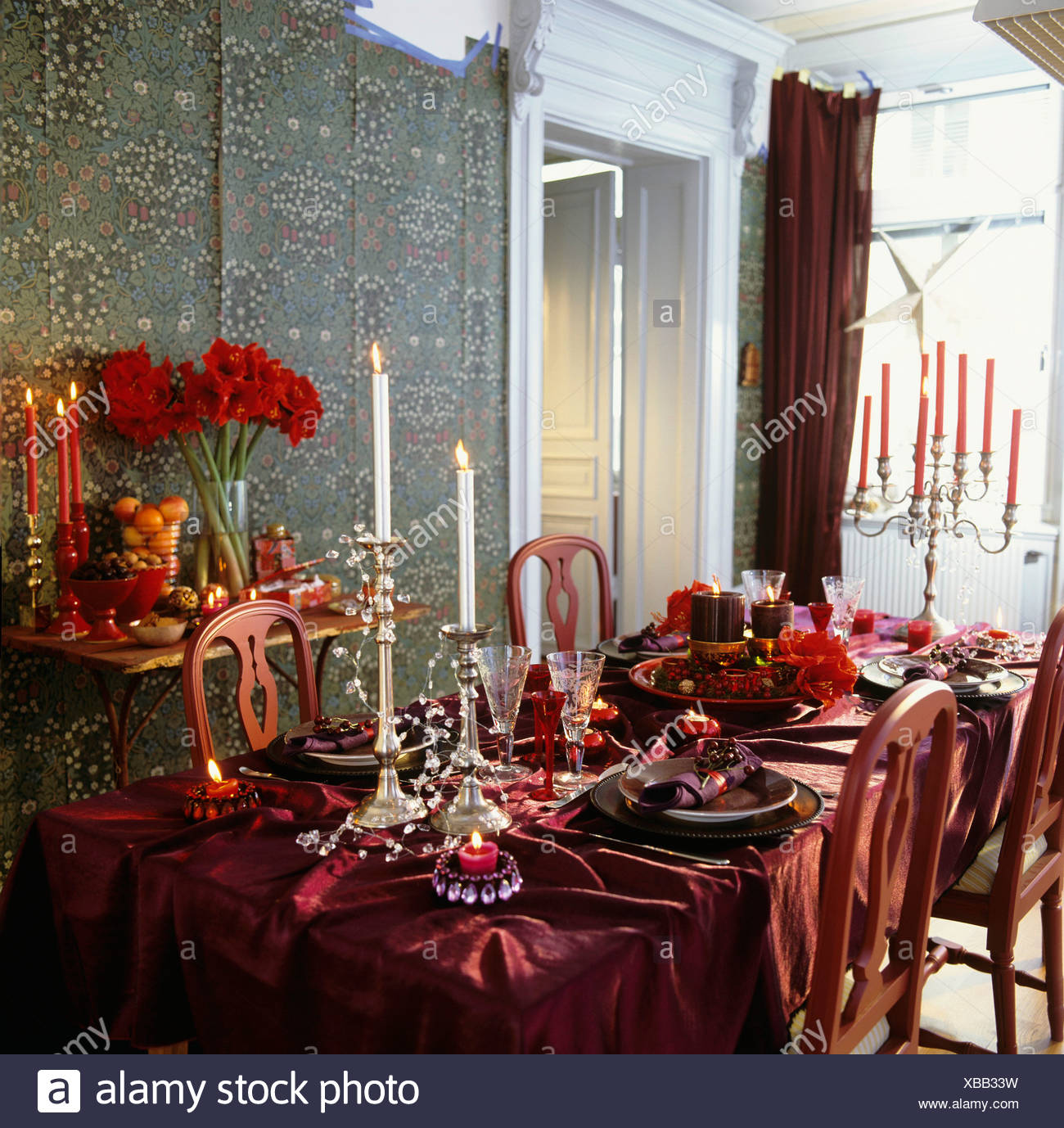 Tisch Mit Kerzen Und Blumen Für Besondere Anlässe Gelegt