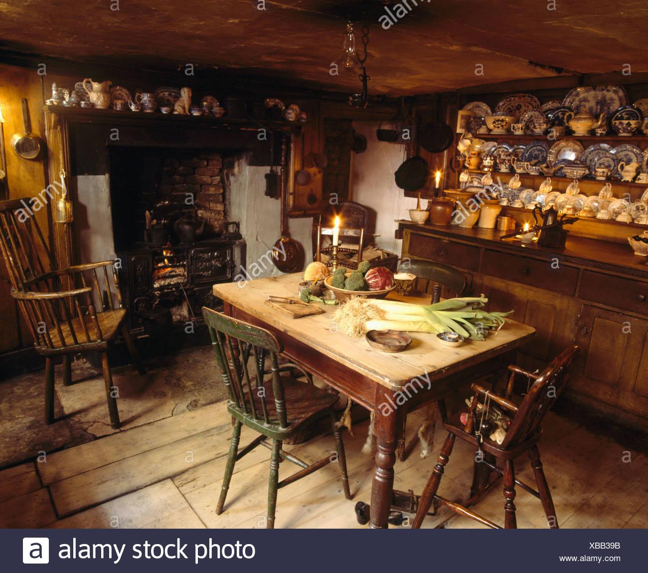 Alte Kiefern Tisch und Kommode in altmodischen Küche Esszimmer mit ...