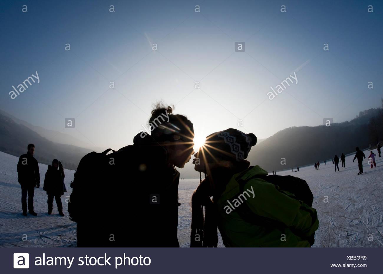 Foto Op Kussen : Paar küssen auf der eisbahn im gegenlicht stockfoto bild