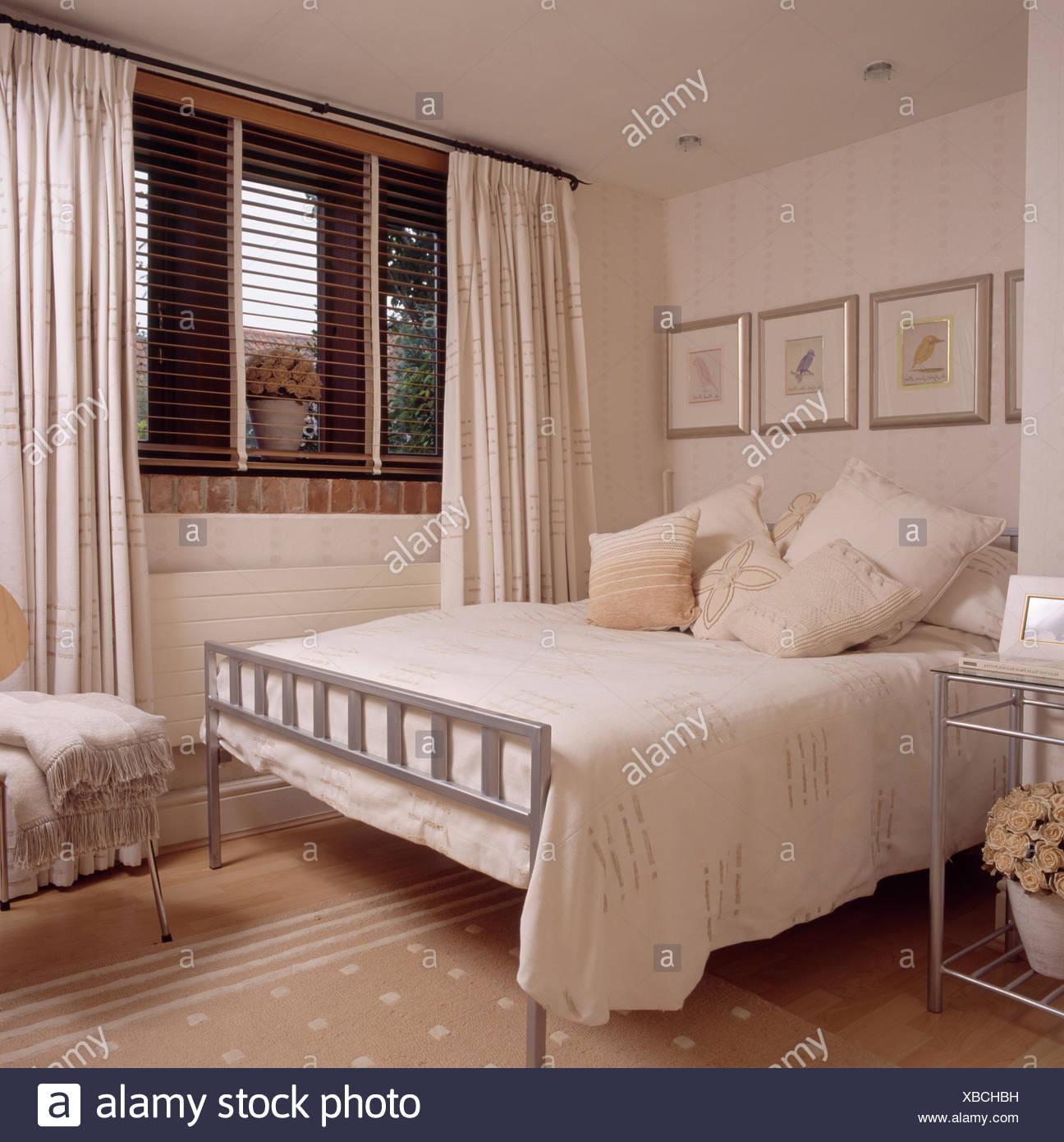 Sahne-Kissen und decken auf einfache Metall Bett in modernen ...