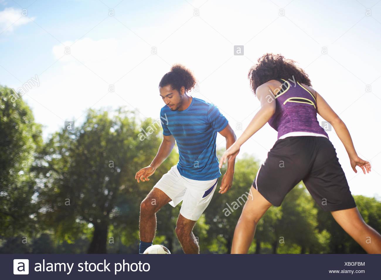 Pareja Joven Jugando Al Futbol En El Parque Foto Imagen De Stock